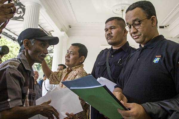 Gubernur DKI Jakarta Anies Baswedan (kanan) saat menerima pengaduan warga, di Balai Kota, Jakarta, Jumat (20/10). - Antara/Galih Pradipta