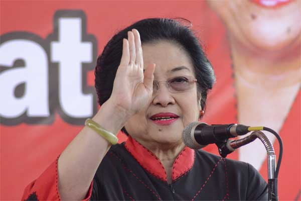 Ketua Umum DPP PDI Perjuangan, Megawati Soekarno Putri menyampaikan pidato sambutannya saat menghadiri peresmian kantor DPD PDI Perjuangan Provinsi NTB di Mataram, NTB, Rabu (10/5). - Antara/Ahmad Subaidi