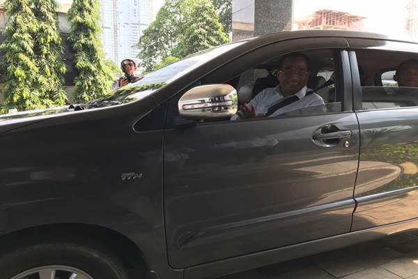 Menteri Perhubungan Budi Karya Sumadi naik taksi online ketika meninggalkan gedung Bisnis Indonesia, Rabu (25/10/2017). - Bisnis.com/Arif Budisusilo