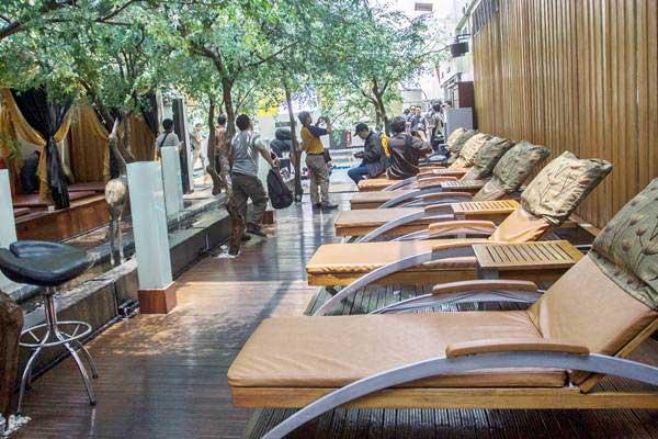 Suasana ruangan istirahat di lantai tujuh Hotel dan Griya Pijat Alexis, Jakarta, Selasa (31/10). - ANTARA/Galih Pradipta