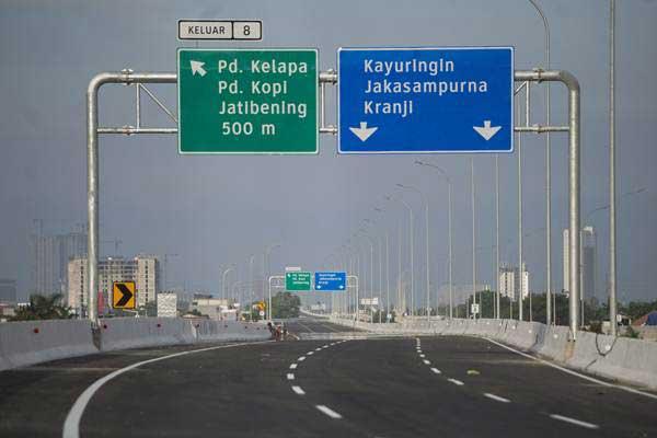 Jalan tol Becakayu ruas RS Harum-Sumber Artha di Jakarta, Jumat (16/6). - Antara/Rosa Panggabean