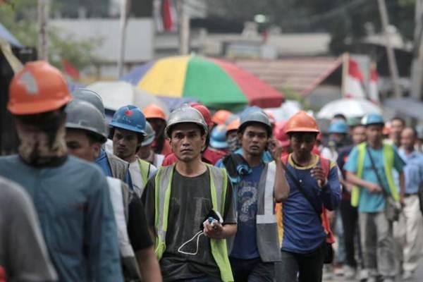 Para pekerja seusai beraktivitas, di Jakarta, Senin (9/10). - JIBI/Nurul Hidayat