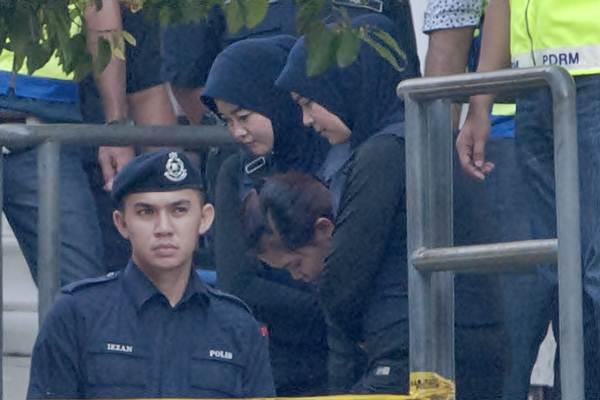 Siti Aishah (tengah) dikawal petugas seusai mengikuti sidang ketiga di gedung pengadilan Sepang, Malaysia, Selasa (30/5). - Antara/Rafiuddin Abdul Rahman