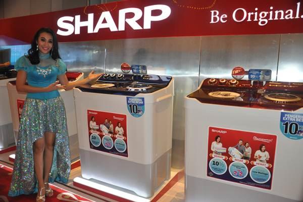 Model berdiri di jajaran produk mesin cuci yang baru diluncurkan Sharp ke pasar Indonesia - Istimewa