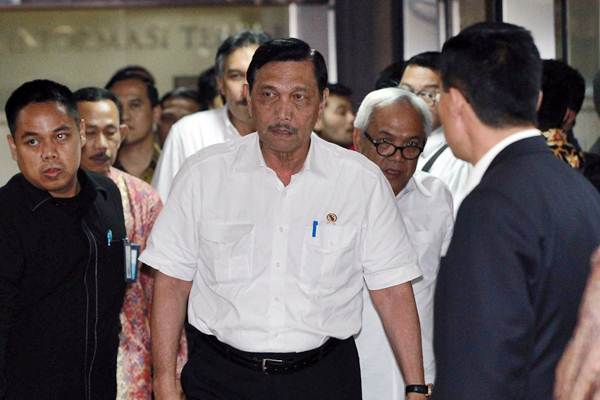 Menko Kemaritiman Luhut Binsar Pandjaitan (tengah) berjalan keluar ruangan seusai rapat koordinasi Kawasan Ekonomi Khusus di wilayah Bekasi-Karawang-Purwakarta di Jakarta, Kamis (2/11/2017). - JIBI/Dwi Prasetya