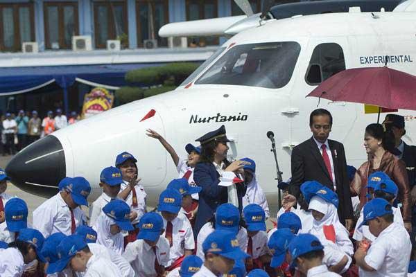 Presiden Joko Widodo (kedua kanan) bersama Ibu Negara Iriana Joko Widodo (kanan) berbincang dengan Memes, pelantun tembang Pesawatku usai Pemberian Nama Pesawat N219 di Base Ops, Lanud Halim Perdanakusuma, Jakarta, Jumat (10/11). - ANTARA/Rosa Panggabean