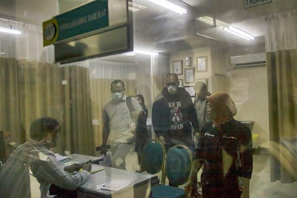 Penyidik KPK mencari informasi mengenai Setya Novanto di ruang IGD, RS Medika Permata Hijau, Jakarta, Kamis (16/11). - ANTARA/Galih Pradipta