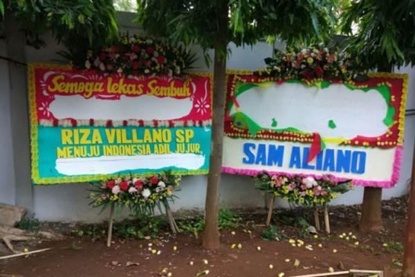 Dua karangan bunga untuk Setya Novanto dirusak orang tak dikenal di RSCM Kencana, Sabtu (18/11/2017). - Antara