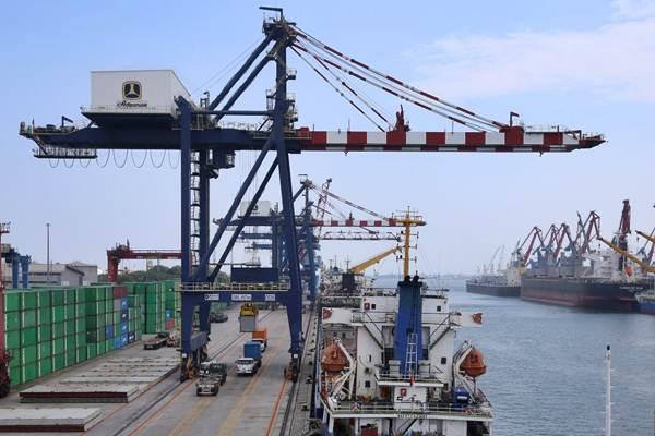 Suasana bongkar muat peti kemas di pelabuhan Tanjung Priok, Jakarta, Jumat (29/9). - JIBI/Abdullah Azzam