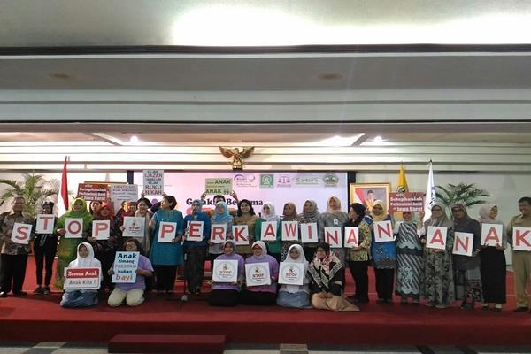 Deputi Menteri Bidang Tumbuh Kembang Anak Kementerian Pemberdayaan Perempuan dan Perlindungan Anak, Lenny N Rosalin bersama BKKBN Provinsi Jateng
