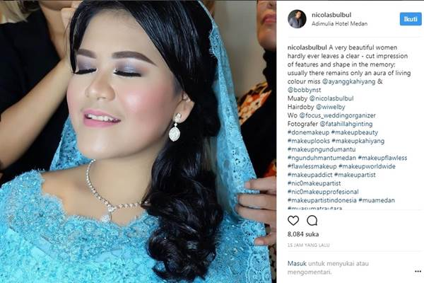 Kahiyang Ayu mengenakan busana warna biru dalam acara adat Mandailing di Medan. - Instagram @nicolasbulbul