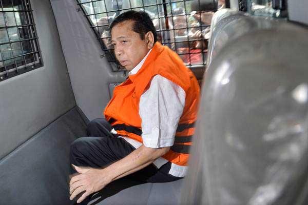 Tersangka kasus korupsi KTP elektronik Setya Novanto naik mobil tahanan seusai menjalani pemeriksaan di gedung KPK, Jakarta, Selasa (21/11). - ANTARA/Wahyu Putro A