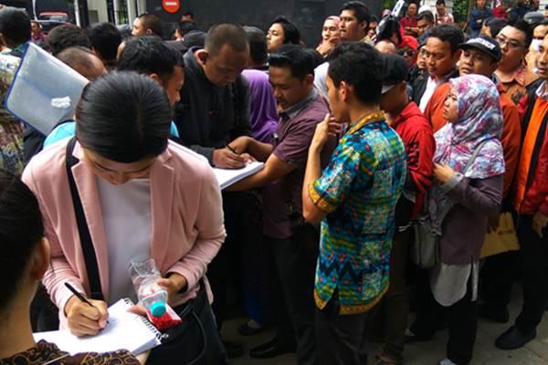 Para kreditur mengantre untuk mengisi daftar hadir dalam sidang verifikasi PKPU KSP Pandawa Group di Pengadilan Niaga, Jakarta Pusat, Rabu (24/5/2017). - Bisnis/David Eka