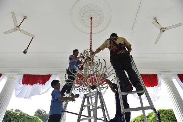 Petugas membersihkan lampu di beranda Istana Negara, Jakarta, Kamis (10/8). Menyambut Hari Ulang Tahun ke-72 Republik Indonesia, Istana Kepresidenan mulai berhias dengan ornamen merah putih. ANTARA FOTO - Puspa Perwitasari