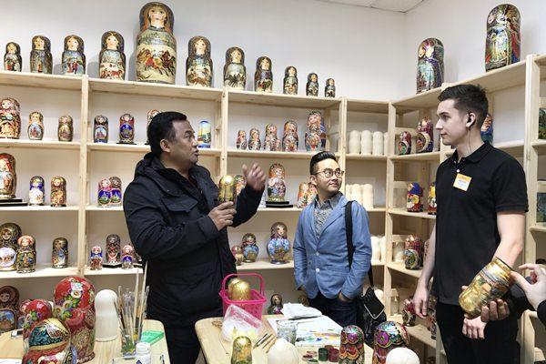Rachmat Gobel (kiri) berdialog dengan petugas penjaga saat mengunjungi toko cenderamata boneka kayu khas Rusia 'matriyoska', di Saint Petersburg, Rusia, Rabu (26/4). - Antara/Riries F