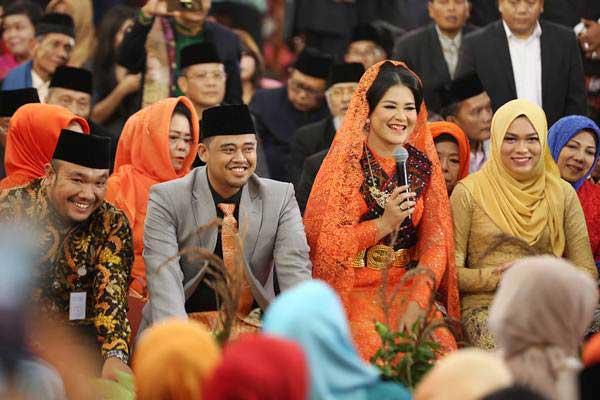 Putri Presiden Joko Widodo, Kahiyang Ayu (kedua kanan) bersama suaminya Bobby Afif Nasution mengikuti ritual adat