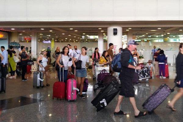 Sejumlah wisatawan keluar dari pintu kedatangan terminal internasional Bandara Ngurah Rai, Minggu (26/11/2017) - Bisnis / Ema Sukarelawanto