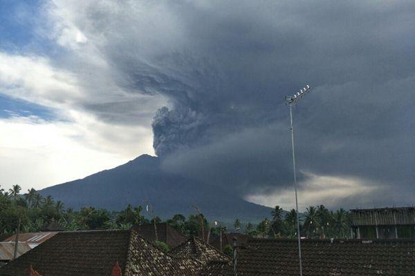 Abu vulkanik Gunung Agung terpantau mengarah ke tenggara dengan kecepatan 18 km per jam - Bisnis / Feri Kristianto