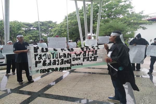 Warga Pasar Gintung berorasi di depan Gedung DPRD Tangsel - Bisnis / Afriyanto