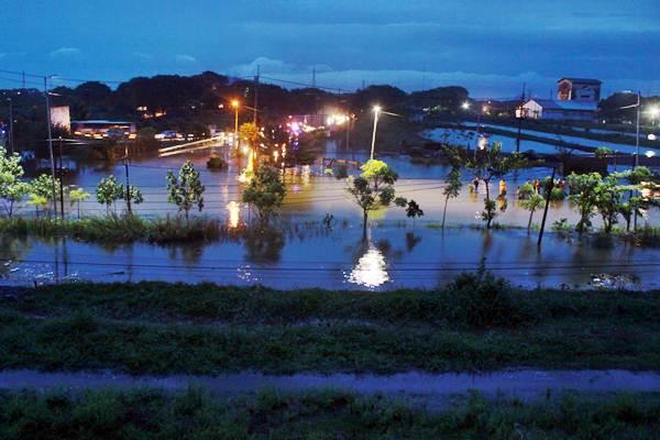 Jalan Raya Porong terendam banjir, di Sidoarjo, Jawa Timur, Senin (27/11). Banjir akibat curah hujan tinggi selama beberapa hari terakhir membuat jalan Raya Porong serta rel kereta api jalur timur terendam air. - ANTARA/Umarul Faruq