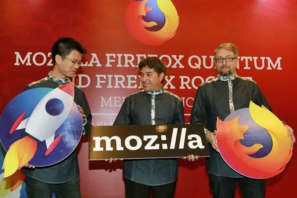 Director of Product Management for Care Browser Mozilla Jeff Griffiths (dari kanan), Chief of Staff and SVP of Operations David Slater, dan Product Manager Android Browser Joe Cheng, berbincang di sela-sela peluncuran Mozilla Firefox Quantum dan Firefox Rocket di Jakarta, Selasa (7/11). - JIBI/Dwi Prasetya
