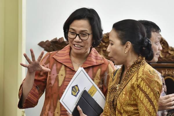 Menteri BUMN Rini Soemarno (kanan) berbincang dengan Menteri Keuangan Sri Mulyani sebelum mengikuti rapat terbatas tentang evaluasi pelaksanaan program beras sejahtera (Rastra) dan program bantuan pangan nontunai, di Istana Kepresidenan Bogor, Jawa Barat, Selasa (5/12). - ANTARA/Puspa Perwitasari
