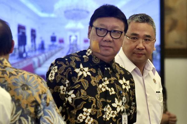 Menteri Desa Pembangunan Daerah Tertinggal Eko Putro Sandjojo (kanan) dan Menteri Dalam Negeri Tjahjo Kumolo bersiap mengikuti rapat terbatas tentang optimalisasi dana desa di Istana Bogor, Jawa Barat - ANTARA