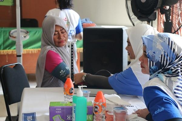 Pasien sedang di cek oleh Tim Kesehatan sebelum mendapat pemeriksaan lebih lanjut dari Tim Dokter pada acara Baksos Pengobatan Gratis Lippo Cikarang yang diadakan di Kantor Desa Cibatu, Kecamatan Cikarang pada Rabu, (6/12/2017). - Bisnis