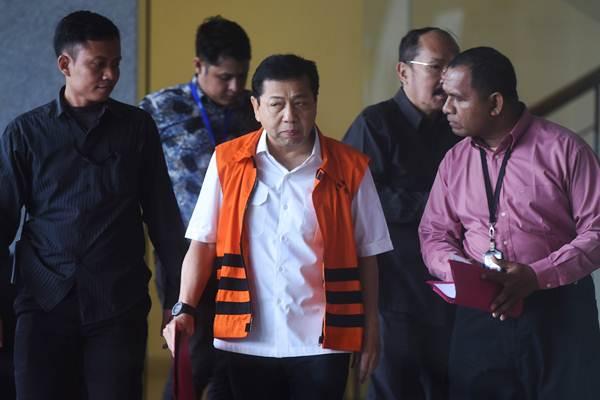 Tahanan KPK Setya Novanto (tengah) meninggalkan Gedung KPK usai menjalani pemeriksaan oleh Mahkamah Kehormatan Dewan (MKD) DPR di Jakarta pada Kamis (30/11/2017). - Antara/Akbar Nugroho Gumay