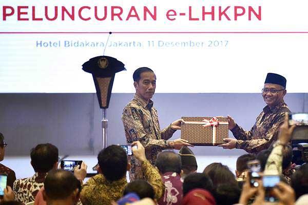 Presiden Joko Widodo (kiri) menerima