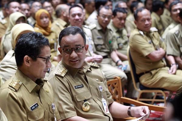 Gubernur DKI Jakarta Anies Baswedan (kedua kiri), dan Wakil Gubernur Sandiaga Uno berdiskusi sebelum menyampaikan pengarahan di Balai Kota Jakarta, Senin (13/11). - JIBI/Dwi Prasetya