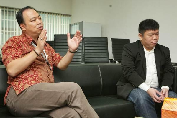 Direktur Utama PT Capital Life Indonesia Antony Japari (kiri) dan CEO & President Director Futuready Insurance Broker Sendy memberikan penjelasan sesuai penandatanganan kerja sama di Jakarta, Jumat (21/7). - JIBI/Dedi Gunawan