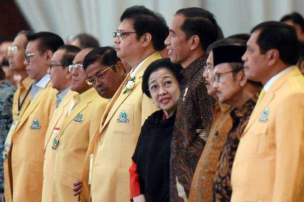 Presiden Joko Widodo (keempat kanan) bersama Wapres Jusuf Kalla (ketiga kanan), Ketua Umum Golkar Airlangga Hartarto (tengah), Ketua Umum PDIP Megawati Soekarnoputri (kelima kanan), Sekjen Golkar Idrus Marham (kelima kiri), Ketua Harian Nurdin Halid (kanan), Ketua Dewan Kehormatan BJ Habibie (kedua kanan) menghadiri pembukaan Munaslub Golkar di Jakarta, Senin (18/12). - ANTARA/Hafidz Mubarak A