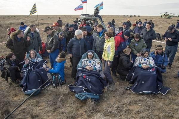 Ilustrasi: Astronaut NASA Kate Rubins (kiri), kosmonaut Rusia Anatoly Ivanishin dari Roscosmos (tengah), dan astronaut Takuya Onishi dari Japan Aerospace Exploration Agency (JAXA) duduk di kursi di luar pesawat antariksa Soyuz MS-01 beberapa saat setelah mendarat di dekat kota Zhezkazgan, Kazakhstan, Minggu, 30 Oktober 2016. Mereka mendarat setelah 115 hari di antariksa sebagai anggota awak Expedition 48 dan 49 di International Space Station - NASA/Bill Ingalls)