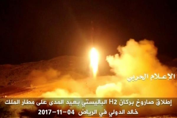 Gambar diambil dari video yang dibagikan oleh stasiun televisi Yaman pro-Houthi Al Masirah, Minggu (5/11/2017), memperlihatkan apa yang dikatakan sebagai peluncuran rudal balistik oleh pasukan Houthi yang ditujukan ke Bandara King Khaled di Riyadh. - Houthi Military Media Unit via REUTERS TV