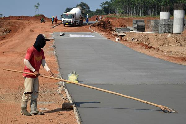 Pekerja mengerjakan pembangunan lantai kerja ('lean concrete') yang akan difungsikan sebagai jalur fungsional bagi pemudik Lebaran 2017 di ruas tol Semarang-Batang di Tulis, Batang, Jawa Tengah, Selasa (23/5).  - Antara