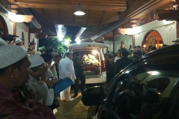 Jenazah Saukamdani S. Gitosardjono tiba di Kompleks Pondok Pesantren Sahid Gunung Menyan, Bogor - Bisnis/Rayful Mudassir