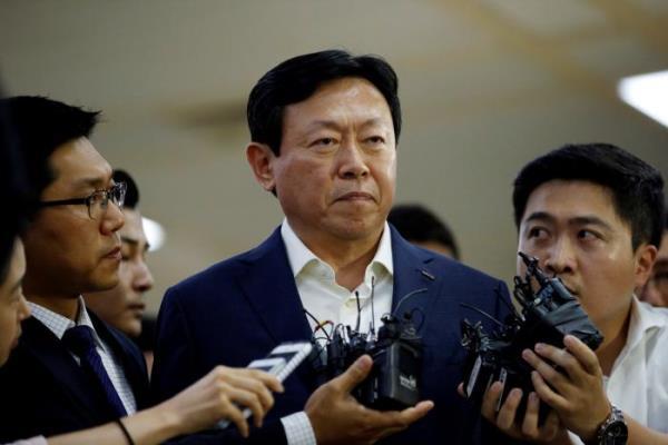 Chairman Lotte Group Shin Dong-Bin dikelilingi wartawan saat tiba di Bandara Gimpo, Korsel (3/7/2016). - Reuters/Kim Hong/Ji
