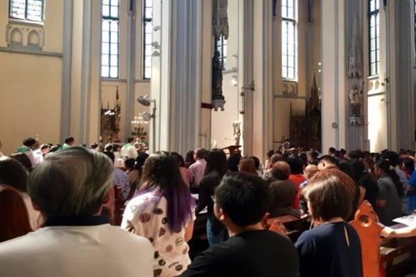 Ilustrasi: Salah satu aktivitas  umat di Gereja Katolik Katedral Jakarta. - Antara