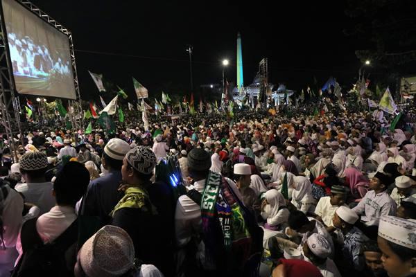 Ilustrasi: Ribuan umat Islam mengikuti zikir dan shalawat di Surabaya, Jawa Timur, saat merayakan Tahun Baru Islam pada September lalu. Sejumlah daerah kini bersiap menggelar zikir dan doa menjelang pergantian tahun 2017 ke 2018. - Antara/Didik Suhartono