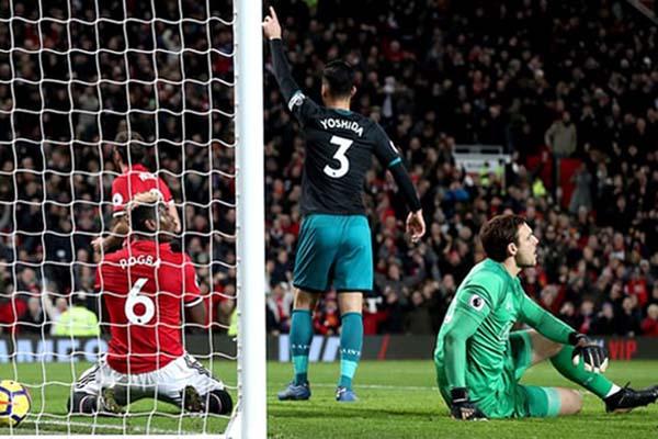 Gol gelandang MU Paul Pogba (kiri) ke gawang Southampton dianulis karena offside. - The Guardian