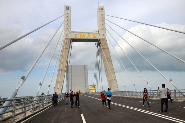 Ilustrasi: Warga berada di atas jembatan Emas di Pangkalpinang, Bangka Belitung, Selasa (21/3). - Antara/Aloysius Jarot Nugroho