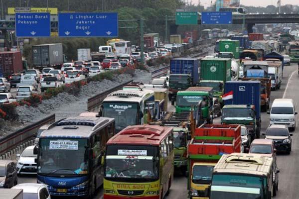 Kepadatan di jalan tol Jakarta-Cikampek pada Senin (4/9/2017). - Antara/Risky Andrianto