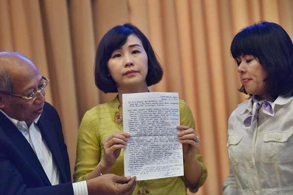 Istri Basuki Tjahaja Purnama alias Ahok, Veronica Tan (tengah), didampingi pengacara I Wayan Sudirta (kiri) dan Fifi Lety Indra (kanan) memperlihatkan tulisan tangan. - Antara