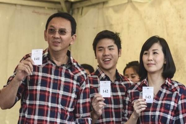 Basuki Tjahaja Purnama (Ahok) dan istrinya, Veronica Tan, bersama anak sulungnya, Nicholas Sean Purnama - Antara