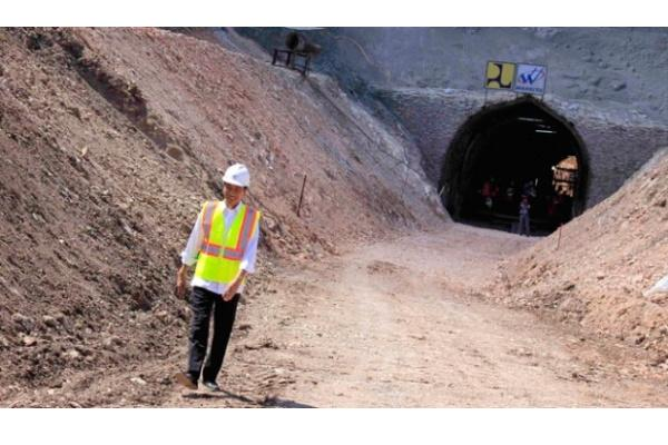 Presiden Jokowi saat meninjau pembangunan bendungan Raknamo di Kabupaten Kupang, NTT. (25/7/2015). - Antara/Kornelis Kaha