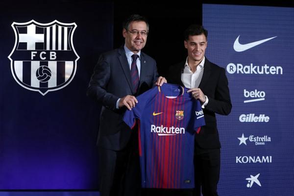 Philippe Coutinho dan Presiden Barcelona FC Josep Maria Bartomeu berpose dengan kemeja klub, Senin (8/1/2018) - REUTERS