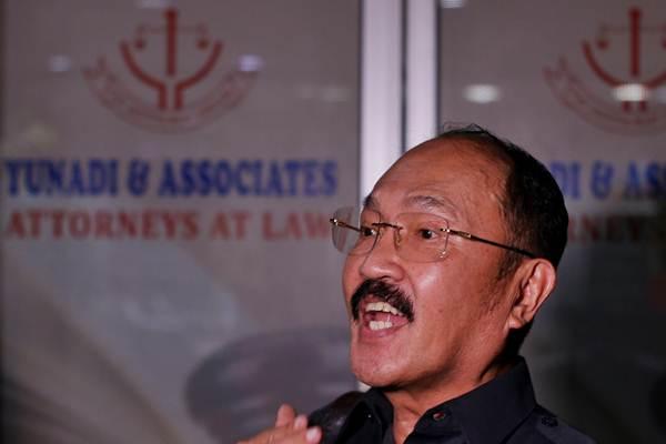Tersangka dugaan menghalangi proses penyidikan atau Obstruction of Justice (OJ), Fredrich Yunadi menjawab pertanyaan wartawan seusai penggeledahan penyidik KPK di kantornya di Jakarta, Kamis (11/1). - ANTARA/Rivan Awal Lingga