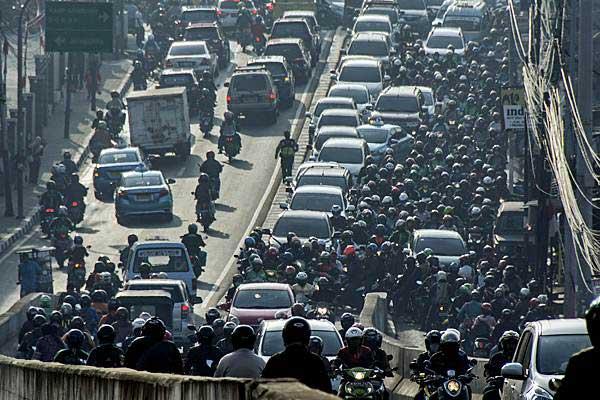 Kendaraan terjebak kemacetan di Jalan Raya Kalibata, Jakarta, Selasa (29/8). - ANTARA/Aprillio Akbar
