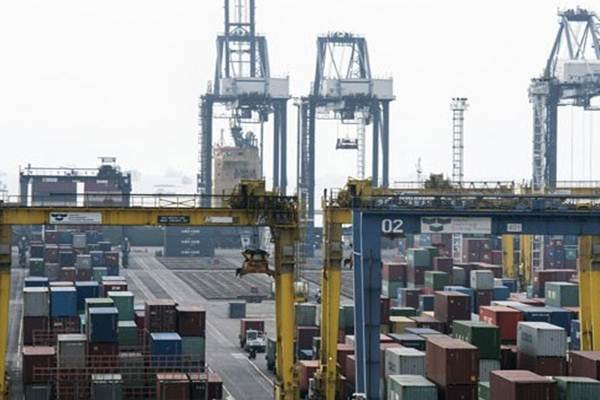 Suasana bongkar muat peti kemas di Jakarta International Container Terminal (JICT), Jakarta. - Antara